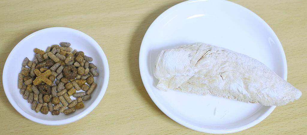 国産 手に持って食べられるカリカリひとつぶささみ丸型(リーフ)とハリネズミフード(左)