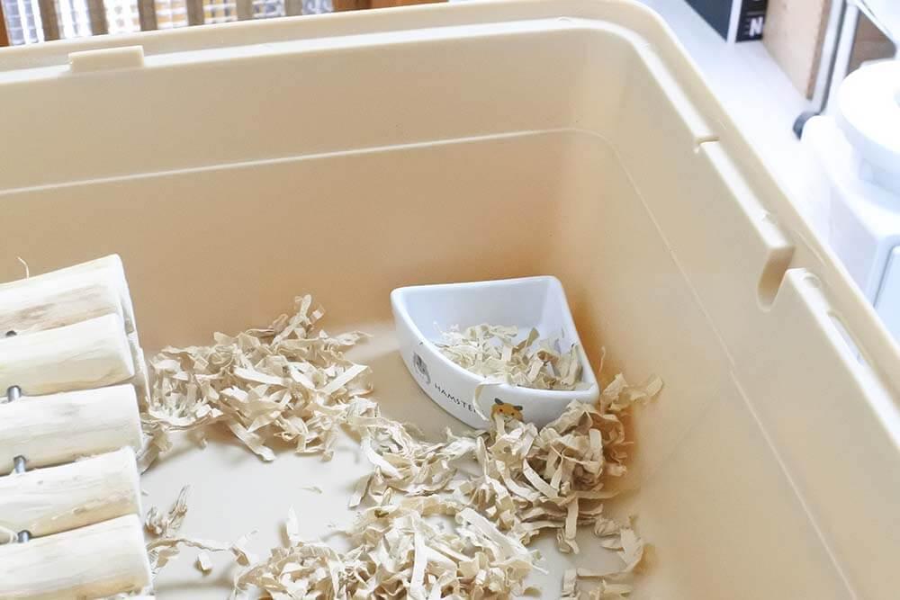 ハムちゃんのコーナー食器になだれ込む紙の床材